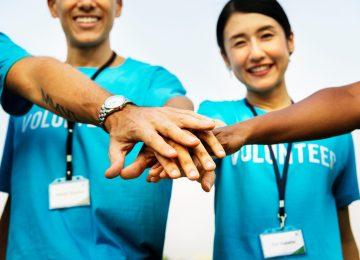 הקשר בין עושר משפחתי, אקלים בית ספרי והון חברתי, לבין התנדבות בני נוער